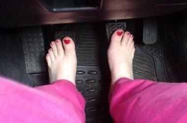 Pode Dirigir Descalço? Saiba o Que Diz a Lei + Dicas de Segurança