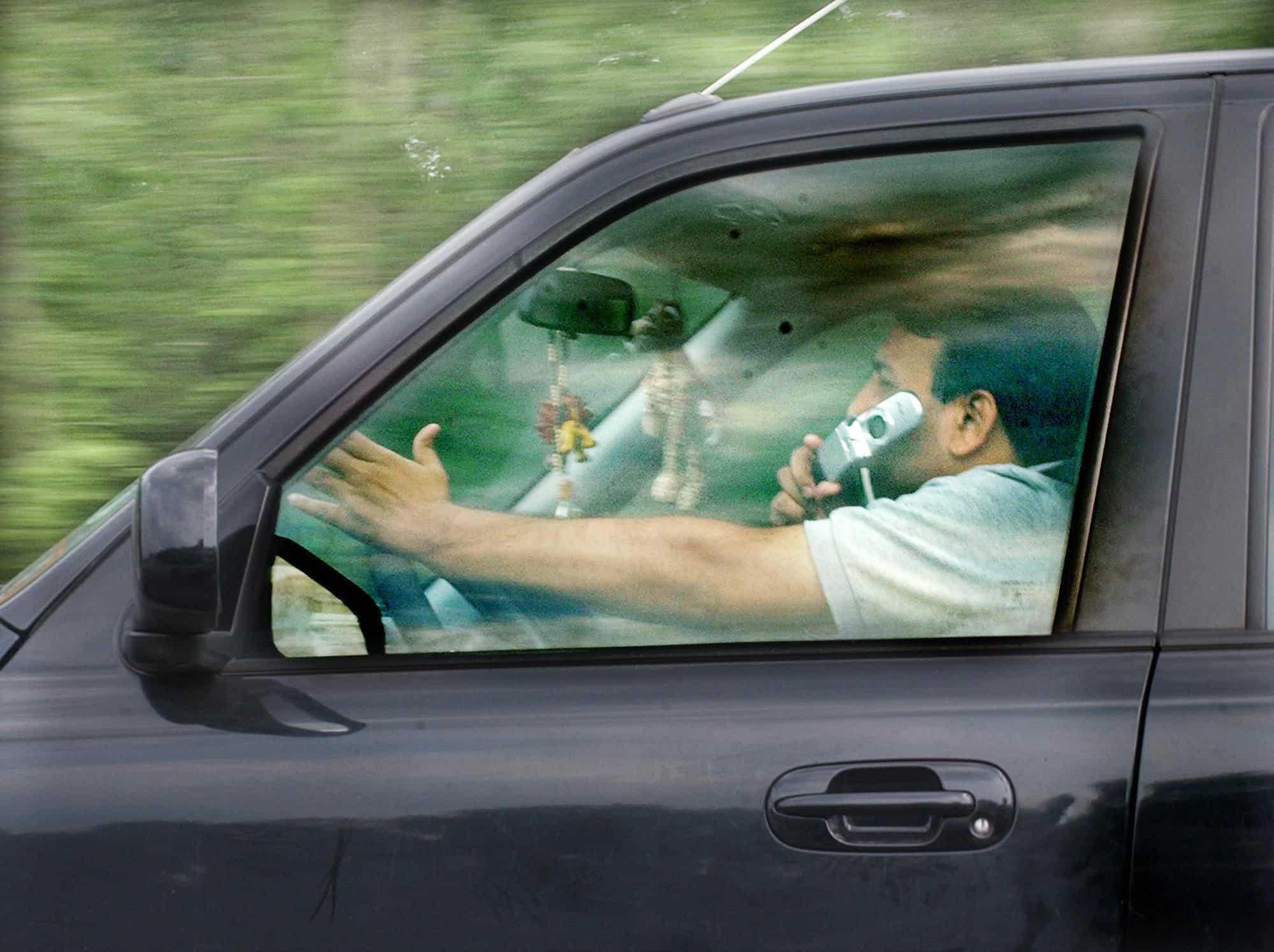 multa por dirigir falando ao celular riscos