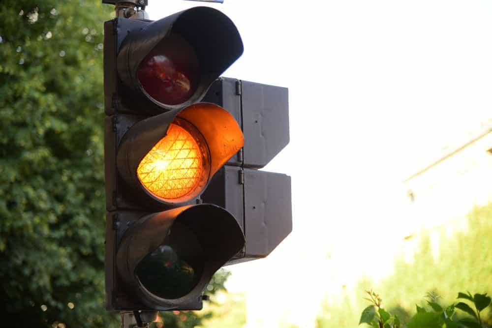 Avançar o sinal amarelo pode ser arriscado