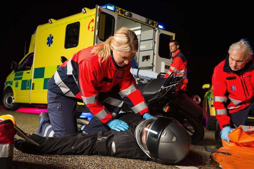 paramedicos atendendo acidente