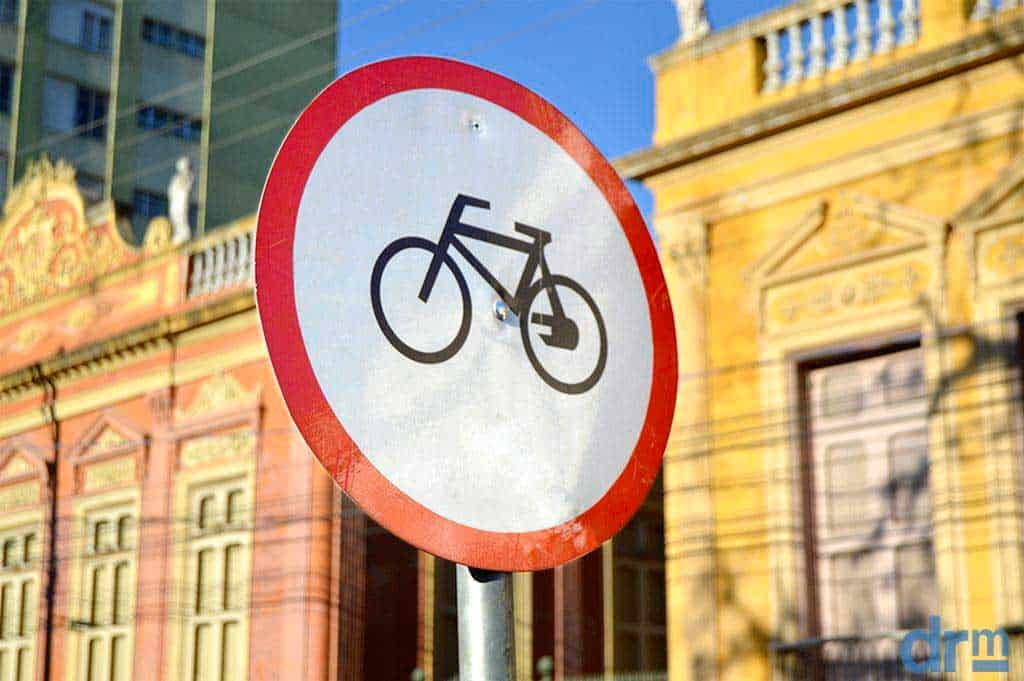 Placa de aviso de recorrência de ciclistas no local