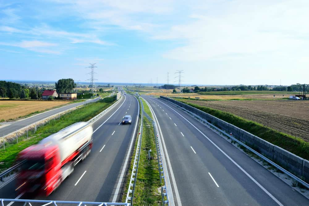 Para automóveis, camionetas e motocicletas – 110km/h Para os demais veículos – 90km/h