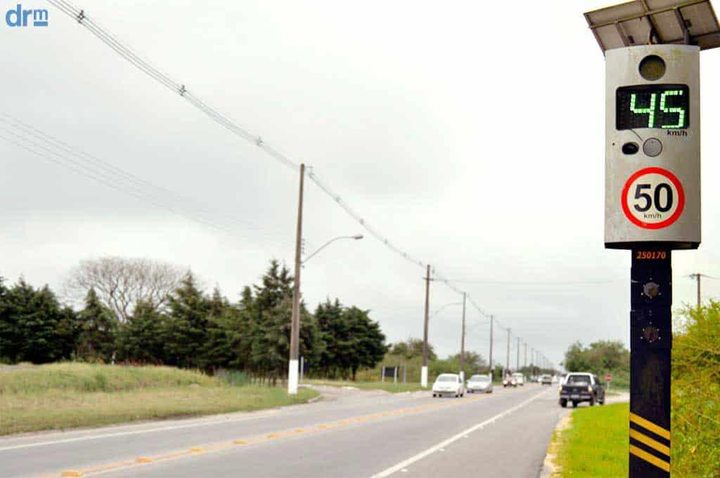 Radar na estrada indica a velocidade máxima permitida