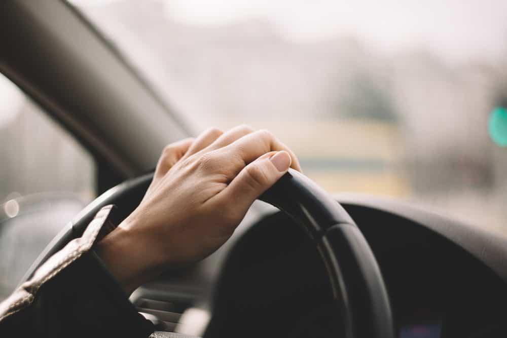 dirigir com cnh suspensa evite riscos