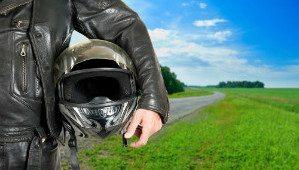 dirigir moto capacete