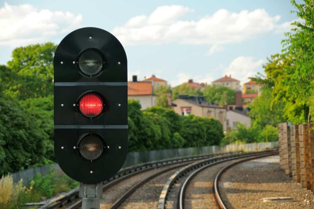 avancar sinal vermelho semaforo ferrovia
