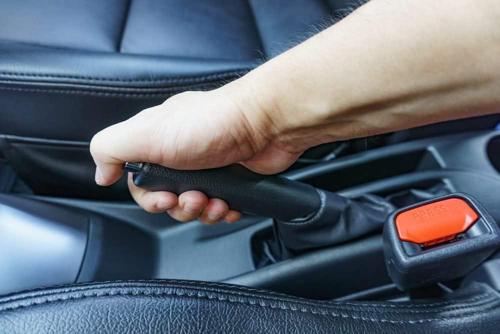 como dirigir bem freio de mão
