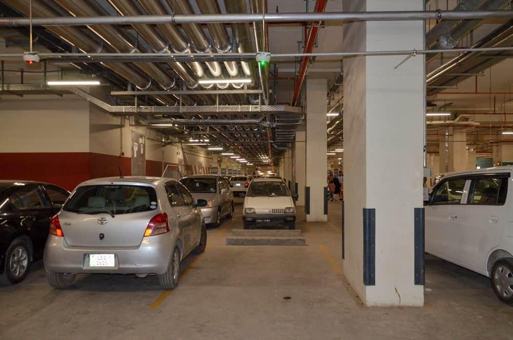 como estacionar entre dois carros garagem
