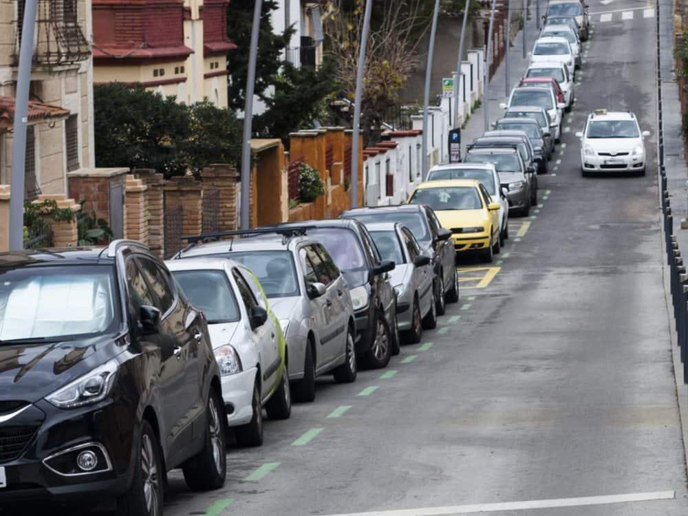 como estacionar entre dois carros ladeira
