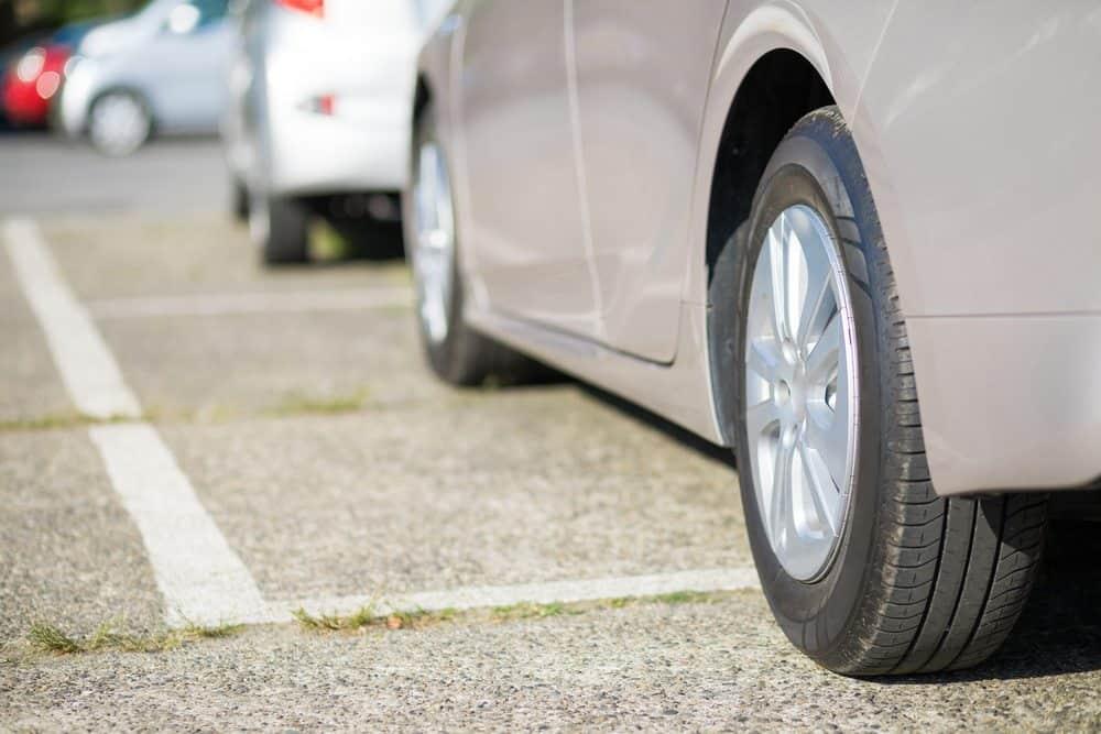 valor da multa por estacionar na calcada quando ocorre