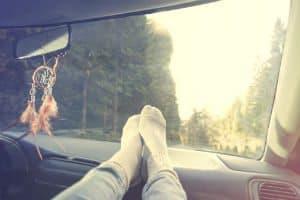 Saiba Por que Você Nunca deve Colocar os Pés no Painel do Veículo