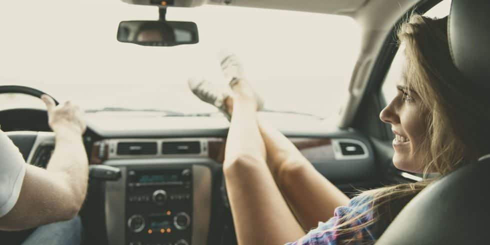 perigo colocar os pés no painel do veículo
