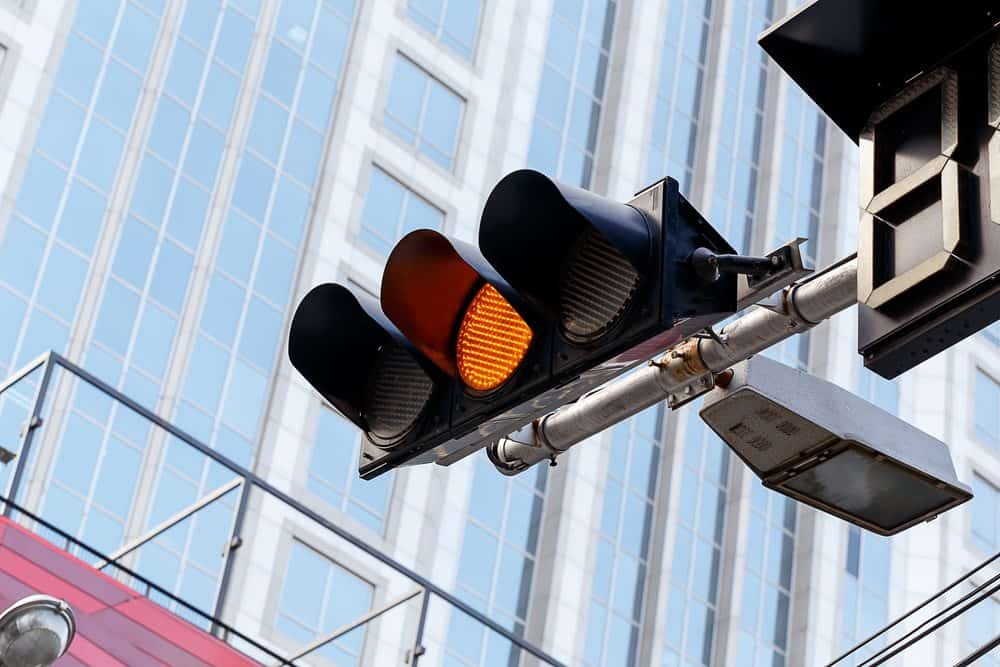 passar no sinal amarelo da multa semaforo piscando