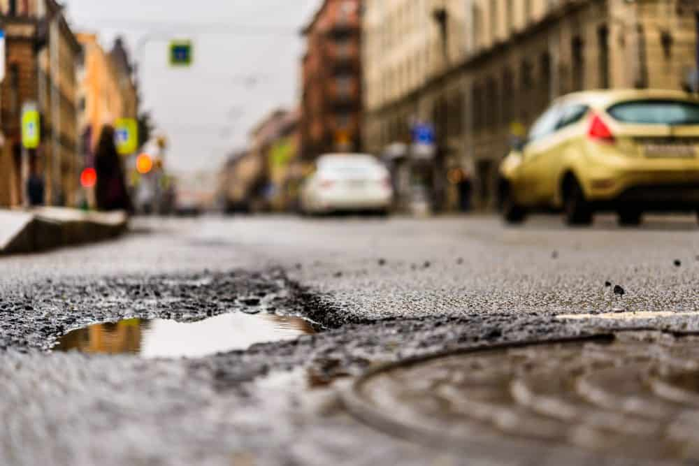 buraco na rua dicas como lidar ruas esburacadas
