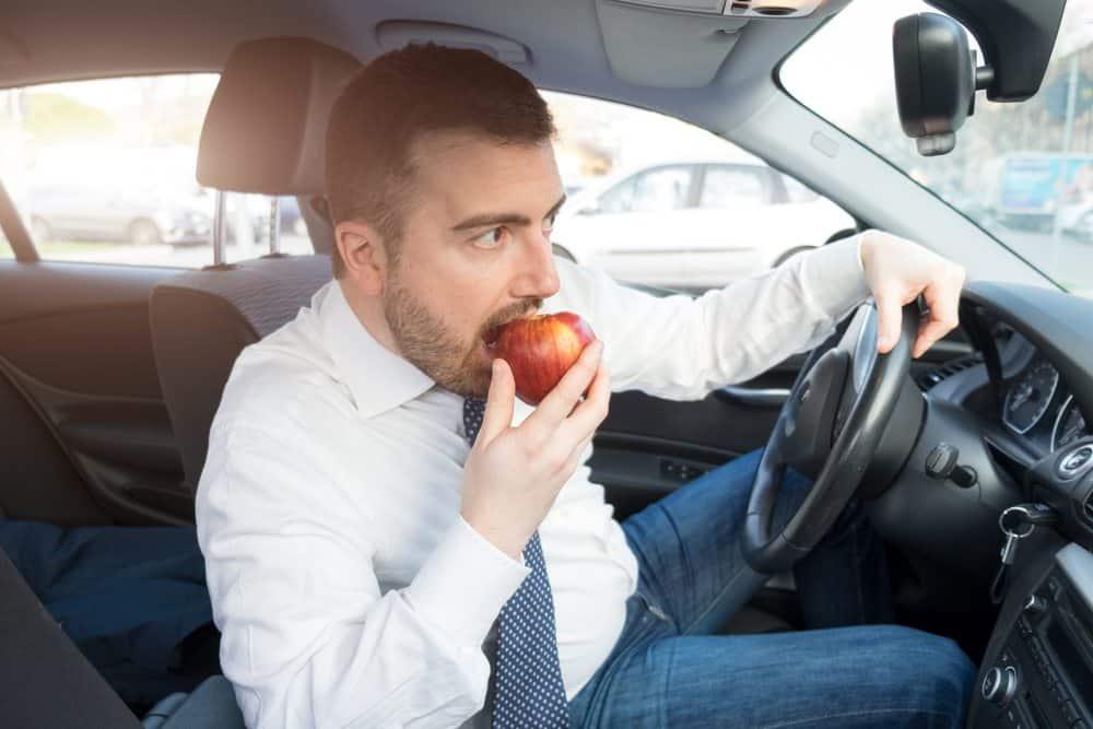 pode dirigir de chinelo pode dirigir comendo