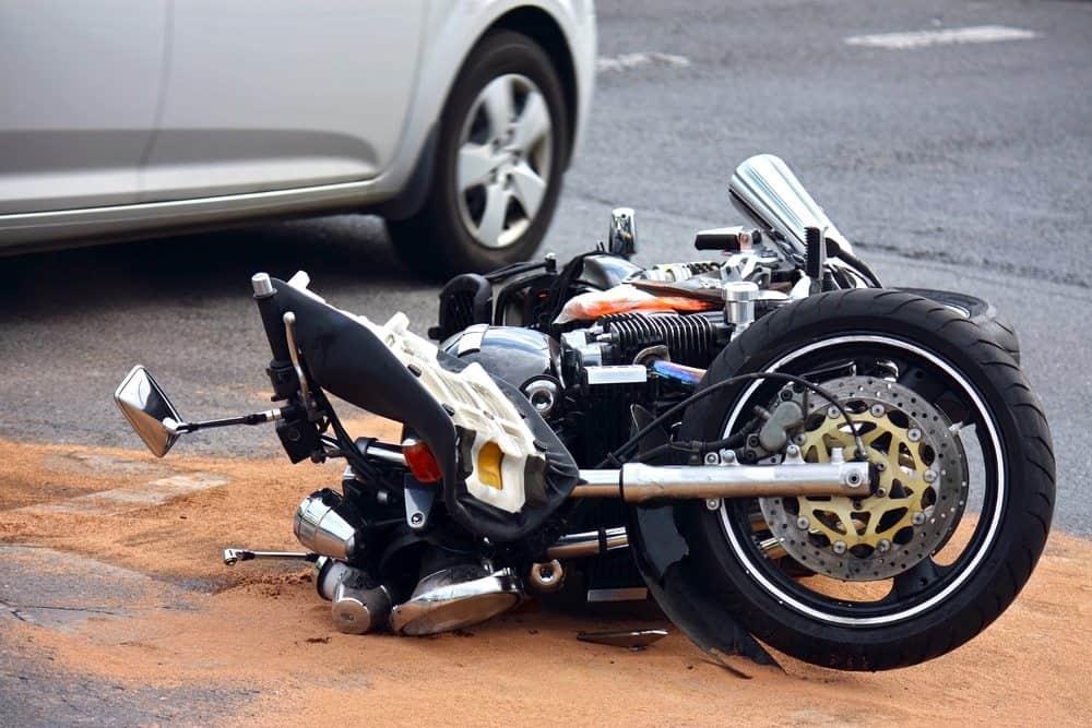 empinar moto riscos
