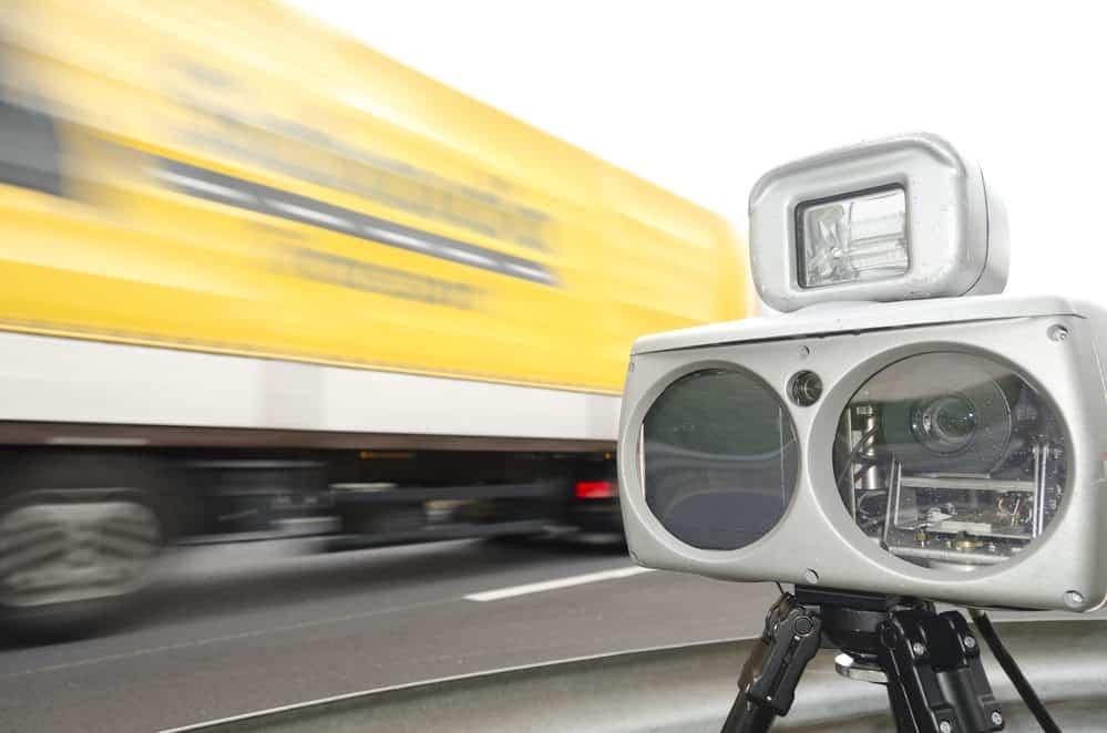 motorista quebra radar de velocidade