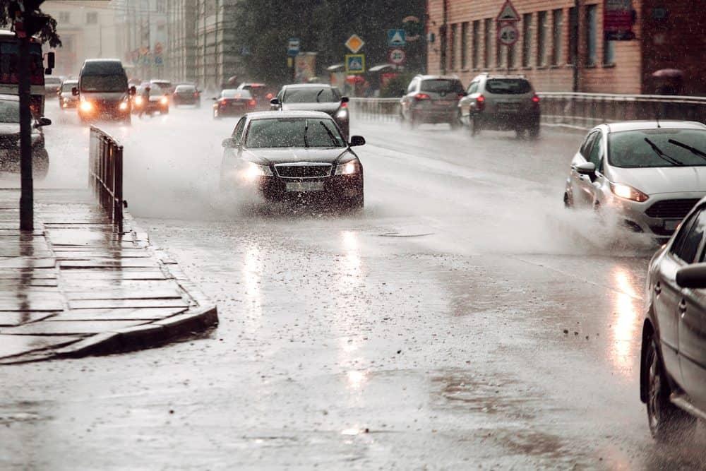 dirigir na chuva ruas alagadas