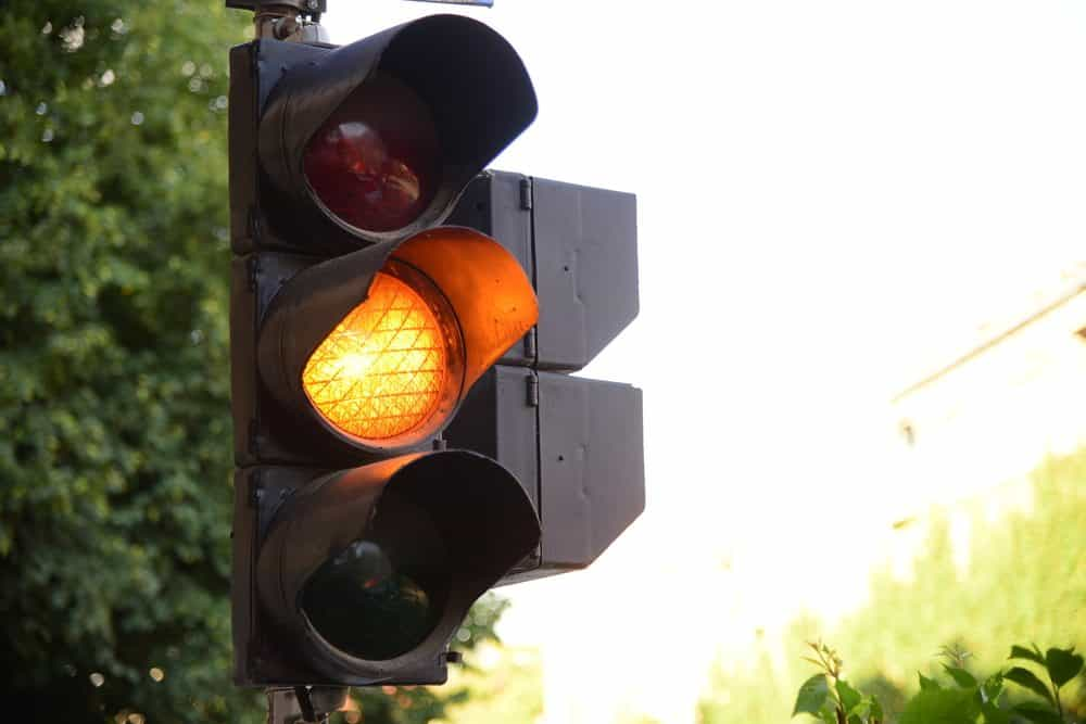 avancar sinal vermelho amarelo