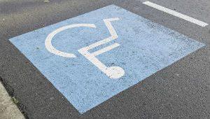 multa para quem estacionar em vaga prioritaria capa