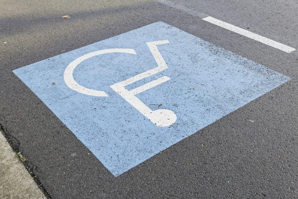 multa para quem estacionar em vaga prioritaria