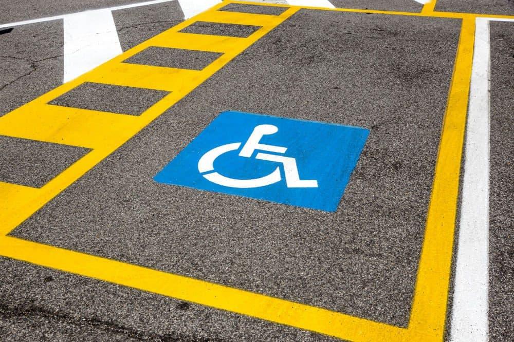 multa por dirigir fumando estacionar veiculo vaga deficiente