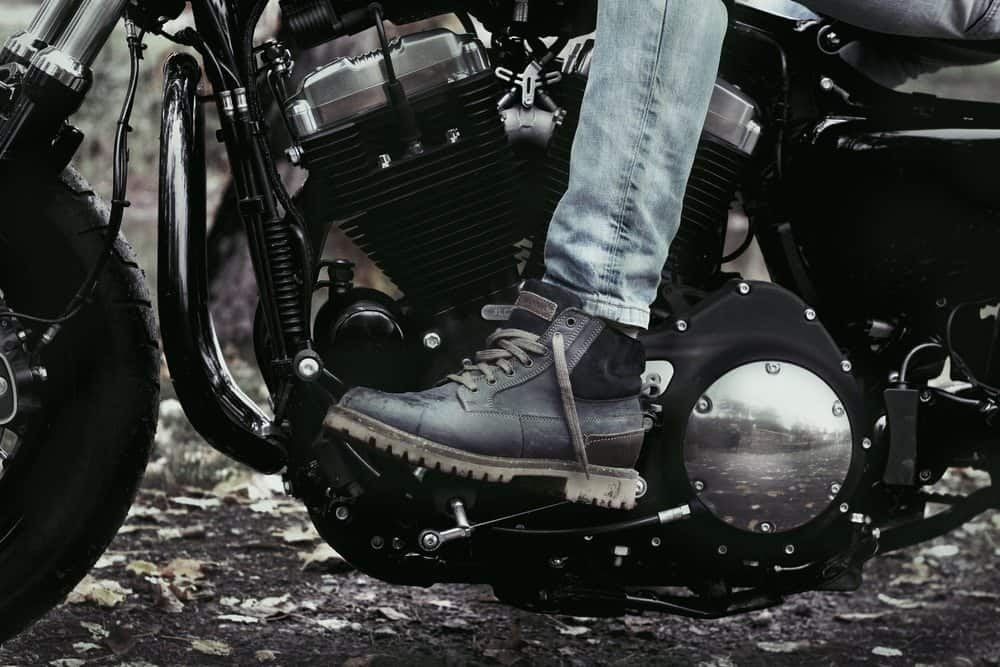 pilotar moto de chinelo o que calcar