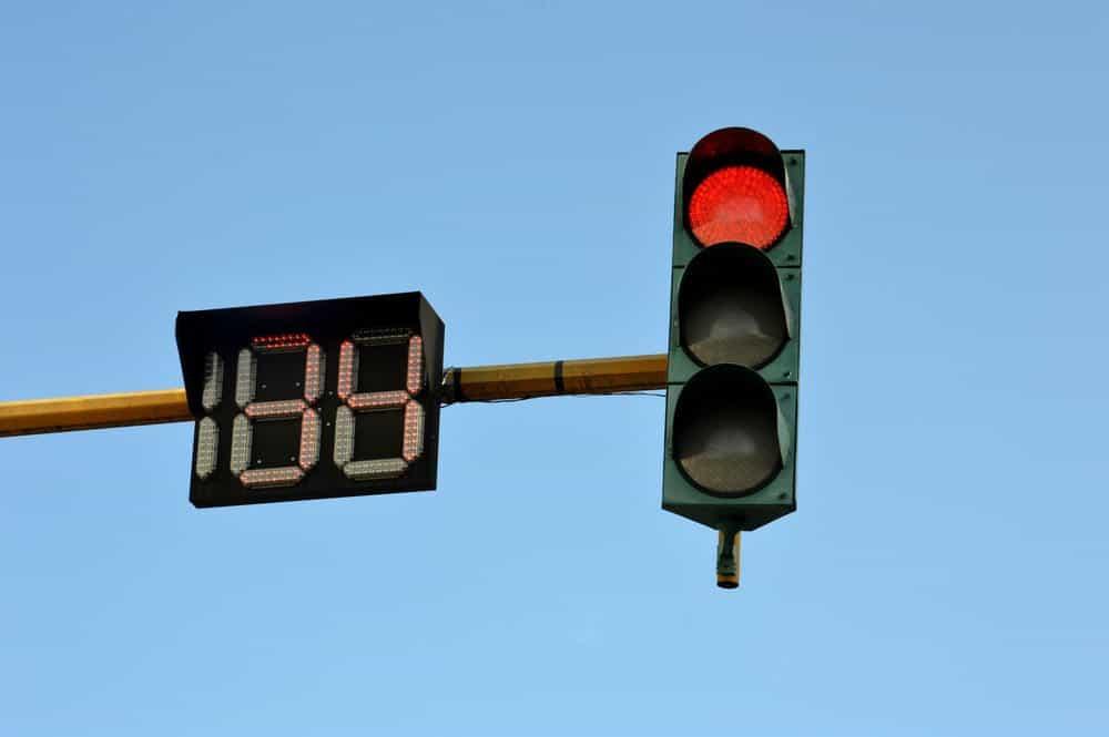 caso suspensao avancar sinal vermelho