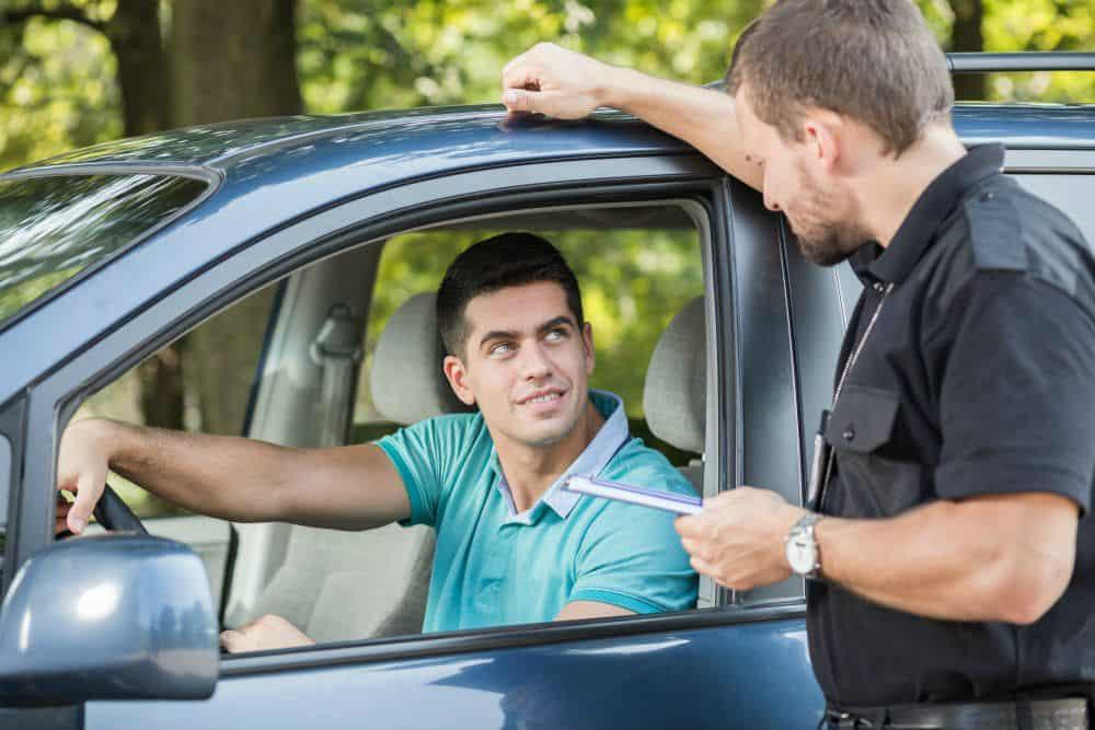 Nem todo agente de trânsito é autorizado a aplicar multas