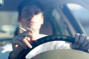 Conheça o Projeto de Lei que Pretende Punir o Motorista Que Dirigir Fumando