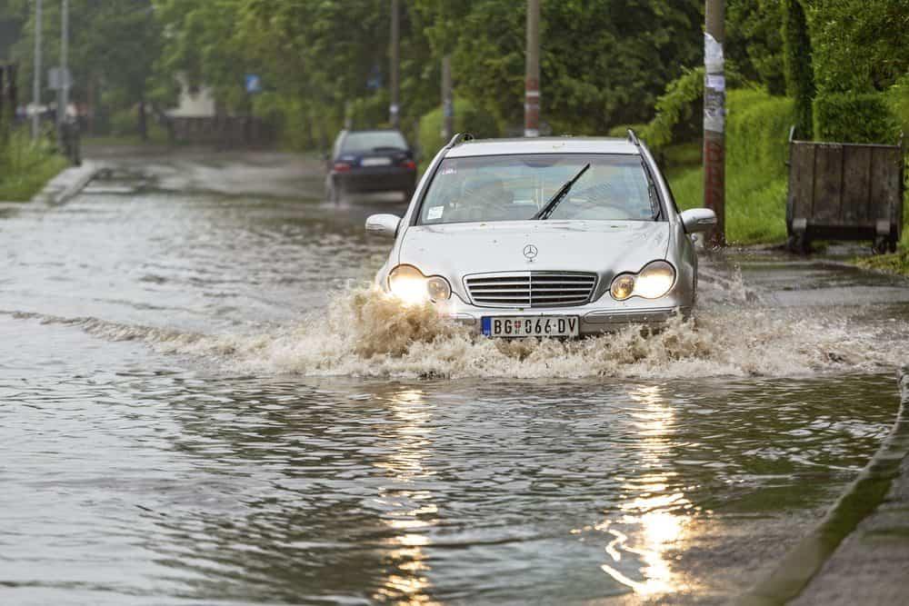 Você sabe o que fazer para não estragar o motor do seu veículo quando enfrentar uma enchente?