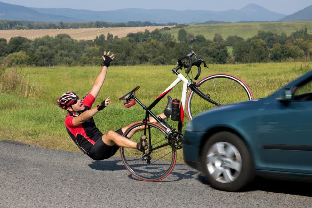 Conforme o CTB, a distância mínima que deve ser mantida entre o veículo automotor e a bicicleta é de 1, 50 m