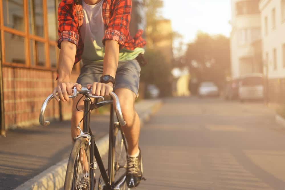 Manter as duas mãos no guidão e evitar o uso de aparelhos eletrônicos enquanto conduz ajuda o ciclista a preservar a sua segurança
