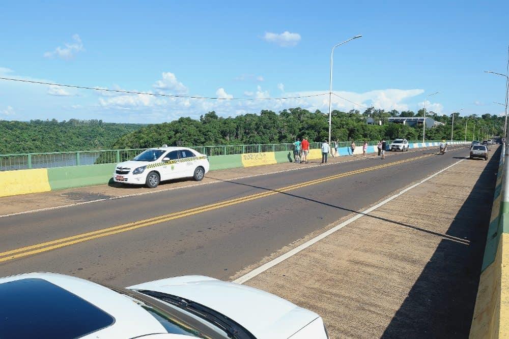 Ponte Tancredo Neves, a qual liga Foz do Iguaçu (Brasil) e a cidade de Porto Iguaçu (Argentina)