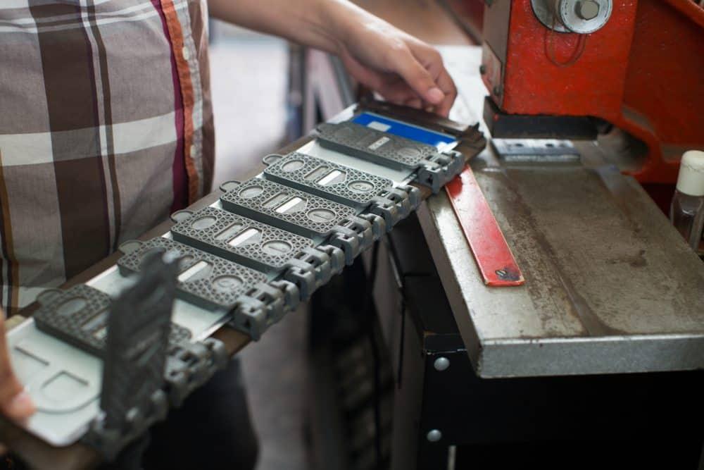 Conforme o DENATRAN, o custo de fabricação do novo modelo de placa deverá ser menor que o cobrado atualmente