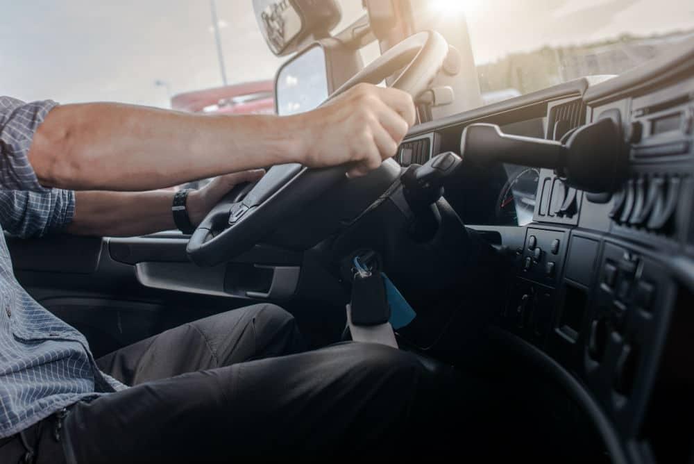 A somatória de 20 pontos na CNH, em um período de 12 meses, faz com que o seu direito de dirigir seja suspenso.