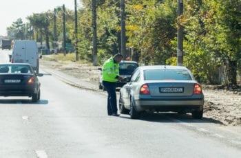 Agente de Trânsito Escondido Pode Multar?