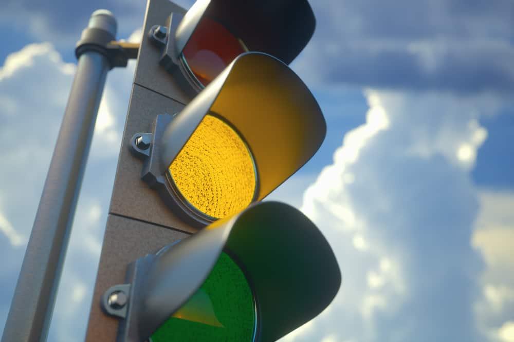 Mesmo que a conduta de passar por sinal amarelo não seja a mais adequada, isso não quer dizer que irá gerar multa de trânsito.