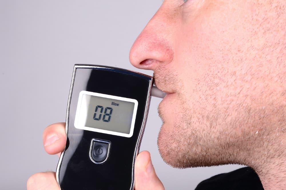O teste do bafômetro mede e quantidade de álcool presente no ar alveolar do condutor