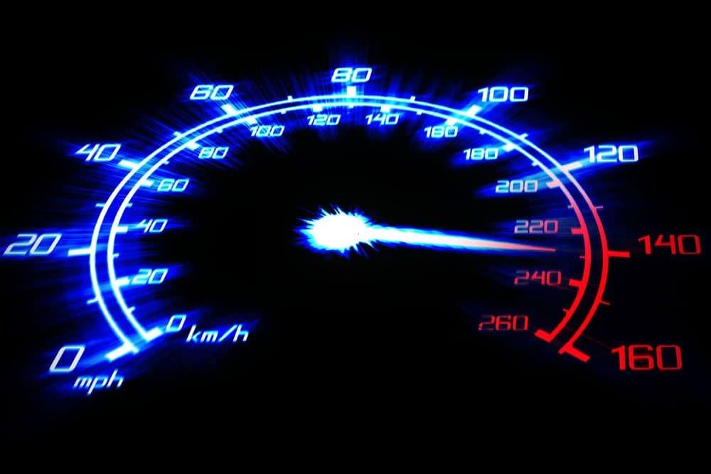 Confira as consequências de dirigir acima da velocidade máxima permitida
