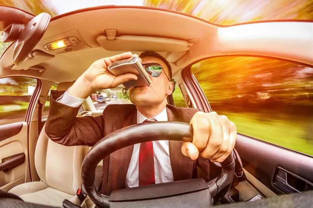 Dirigir embriagado, exceder a velocidade e várias outras infrações compõem a lista das que suspendem a CNH automaticamente