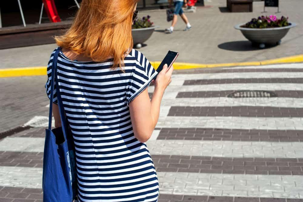 Muitos pedestres atravessam as vias sem prestar atenção na movimentação do trânsito