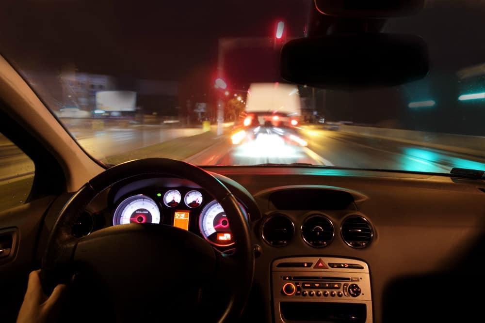 Aulas no período noturno, embora perigosas, são essenciais para a formação de um bom condutor