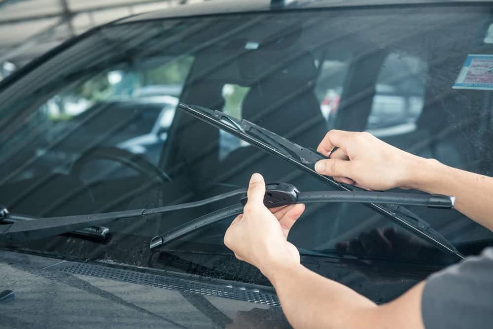 manutencao-preventiva-limpador-para-brisa Como Fazer Manutenção Preventiva de Veículos – Checklist Com 19 Dicas